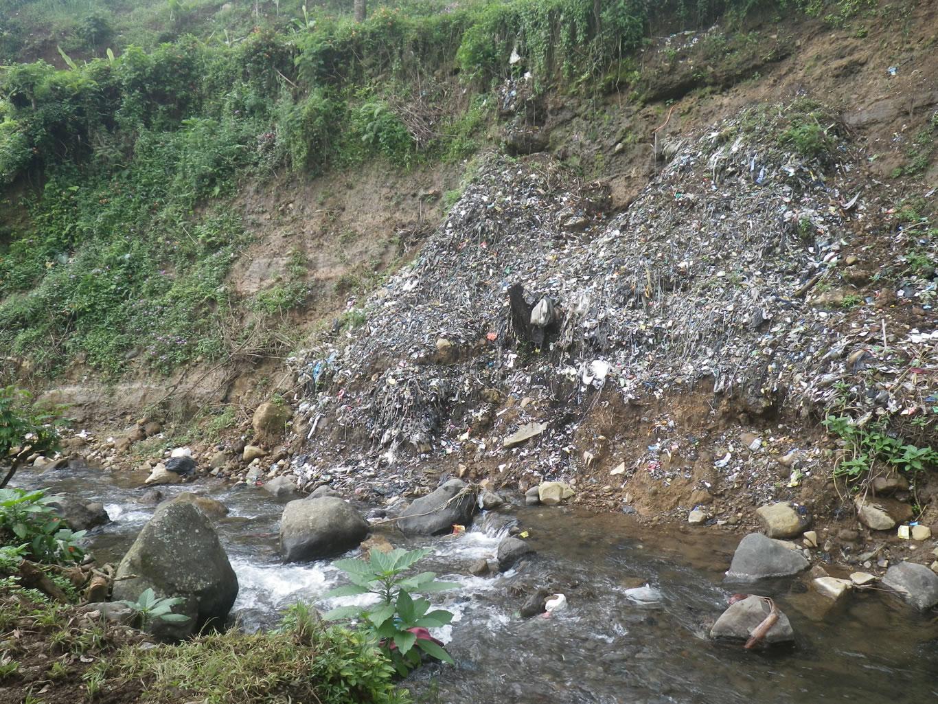 potret-pengelolaan-sampah-yang-tidak-bertanggung-jawab-oleh-perusahaan-perkebunan-teh-di-hulu-sungai-ciliwung