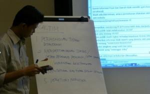 Dessy Eko Prayitno sedang memfasilitasi diskusi implementasi UU KIP
